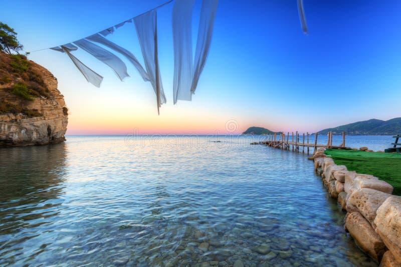 Belle plage d'île de Zakhynthos au coucher du soleil image libre de droits