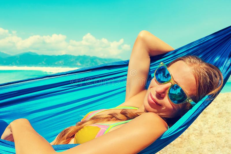 Belle plage d'Hawaï Fille détendant dans l'hamac sur la plage tropicale image libre de droits