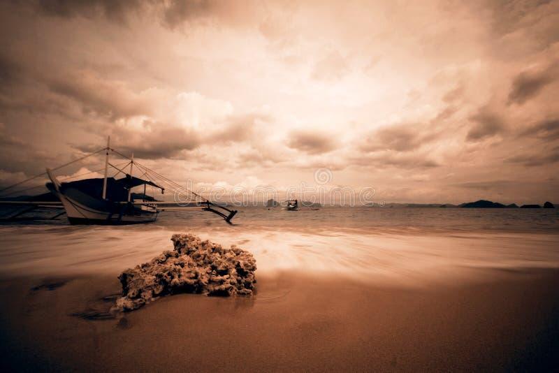 Belle plage dans de rétros couleurs - EL Nido photographie stock