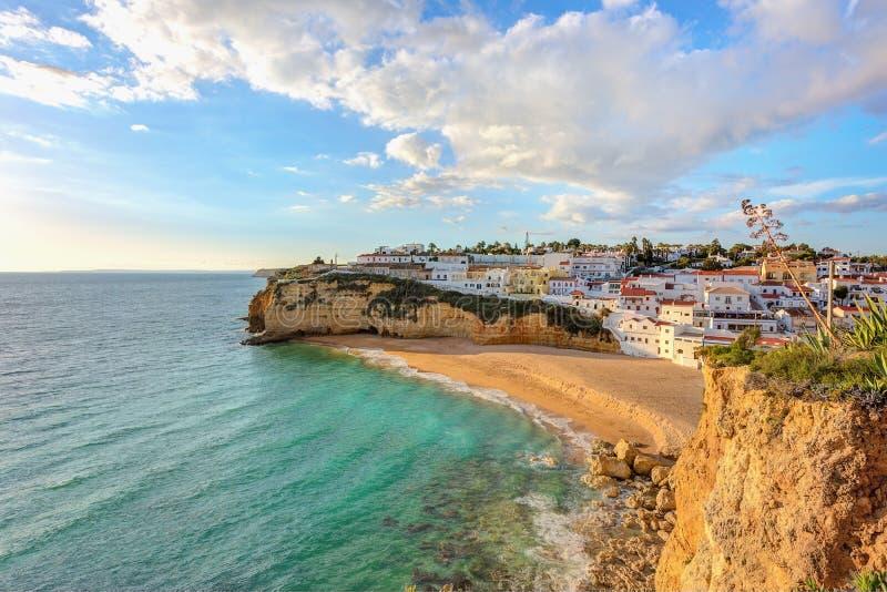 Belle plage dans la ville de Carvoeiro portugal image stock