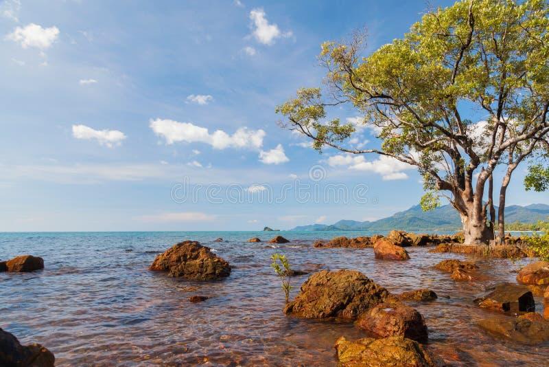 Belle plage de mer avec la côte chez Chang Island photos libres de droits