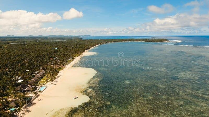 Belle plage de vue aérienne sur une île tropicale Philippines, Siargao photo libre de droits