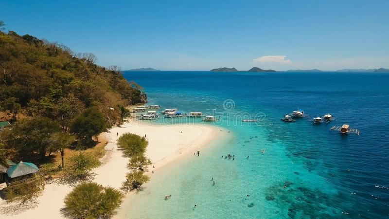 Belle plage de vue aérienne sur une banane tropicale d'île philippines photographie stock
