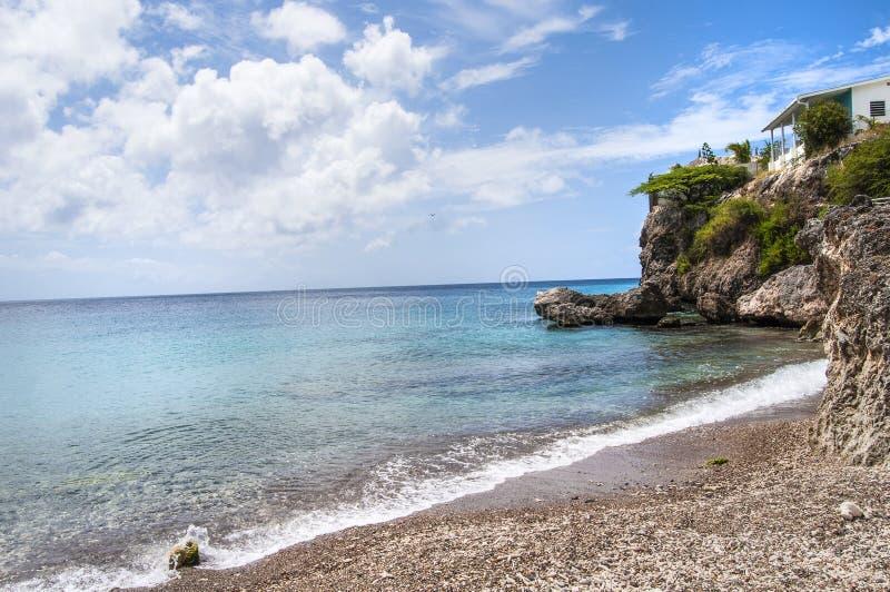 Belle plage des Caraïbes et bluffs photos libres de droits