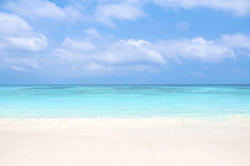 Belle plage et ciel bleu photo stock