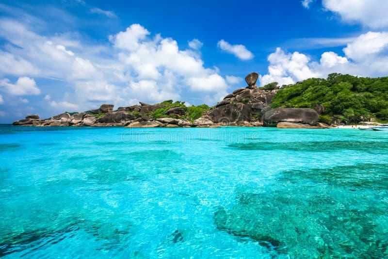 Belle plage et mer clair comme de l'eau de roche à l'île tropicale image stock