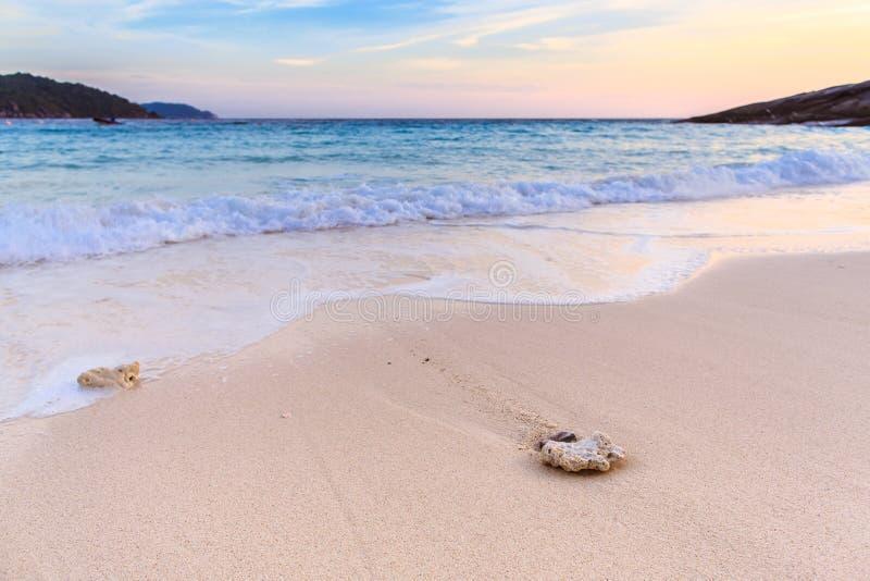 Belle plage et mer clair comme de l'eau de roche à l'île tropicale, photos stock