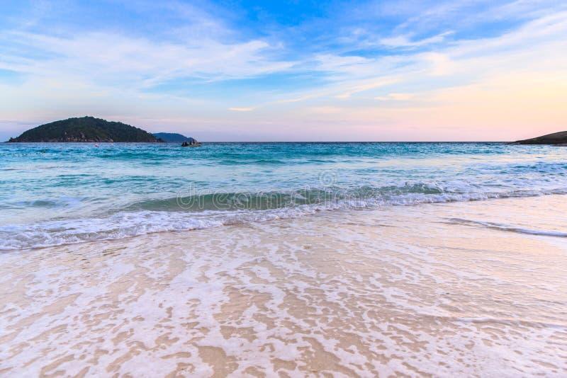 Belle plage et mer clair comme de l'eau de roche à l'île tropicale, photo stock