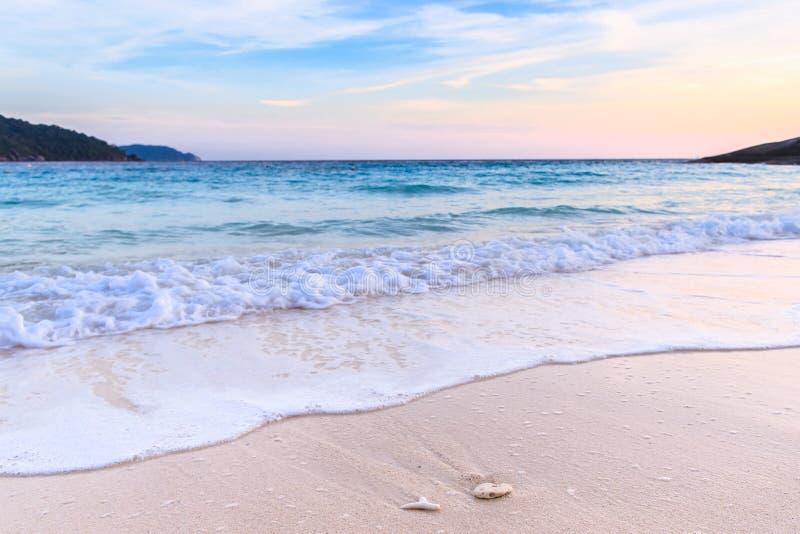 Belle plage et mer clair comme de l'eau de roche à l'île tropicale, image libre de droits