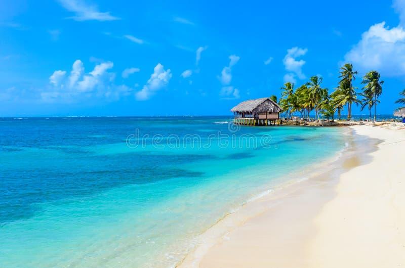 Belle plage isol?e en ?le des Cara?bes de San Blas, Kuna Yala, Panama Mer tropicale de turquoise, destination de voyage de paradi images stock