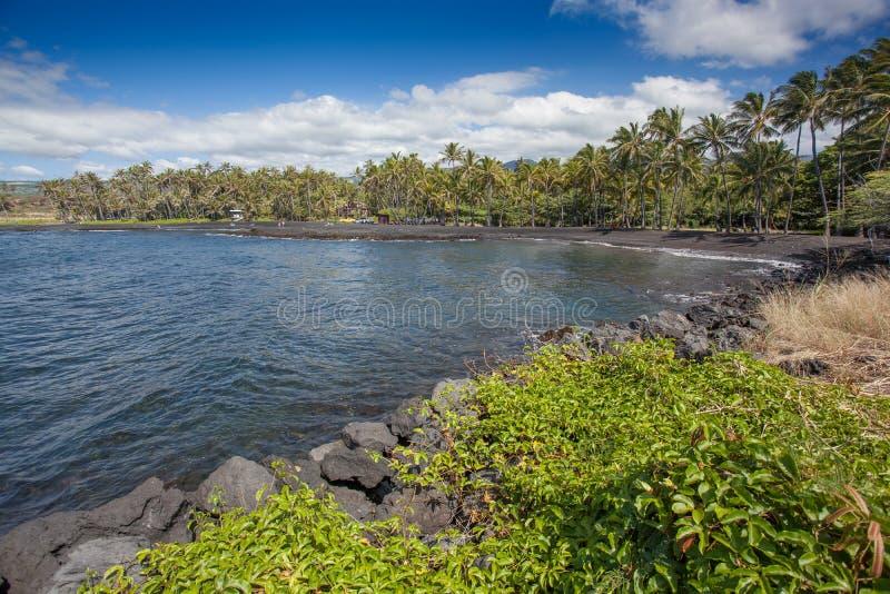 Belle plage scénique Hawaï de sable de noir de Punaluu photos stock