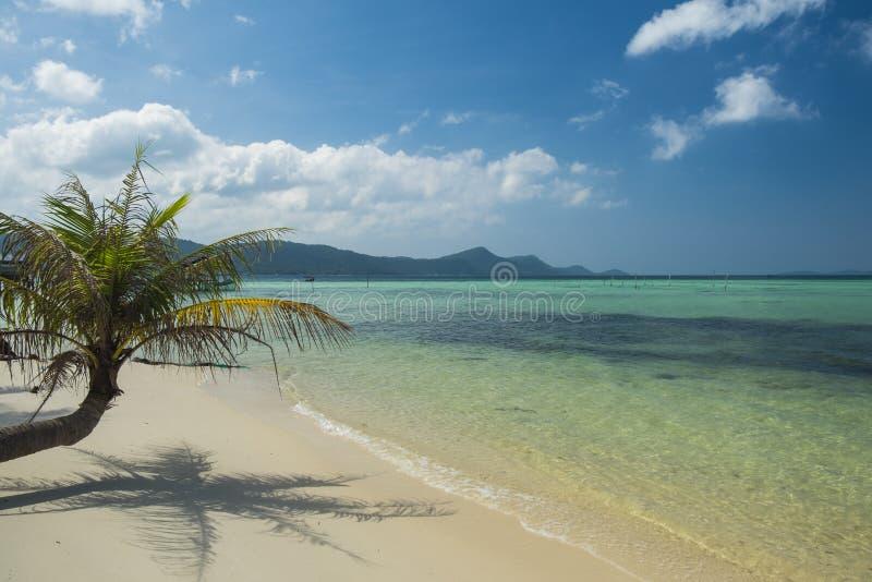 Belle plage tropicale avec de l'eau le sable blanc et bleu d'espace libre Île de Phu Quoc, Vietnam image stock