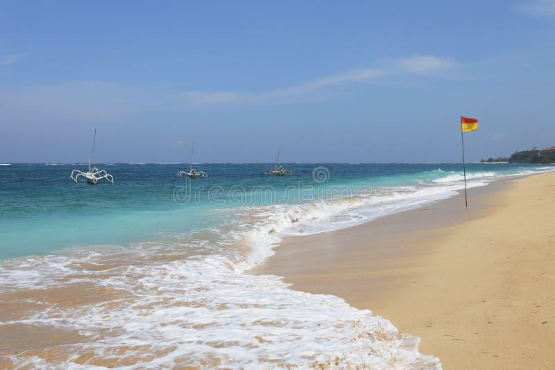 Belle plage tropicale avec des bateaux du ` s de pêcheur dans Bali, Indonésie photo libre de droits