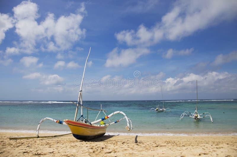 Belle plage tropicale avec des bateaux du ` s de pêcheur dans DUA de Nusa, Bali, Indonésie photos libres de droits