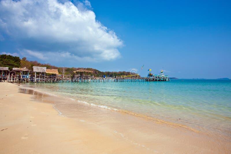 Belle plage tropicale avec des huttes images stock
