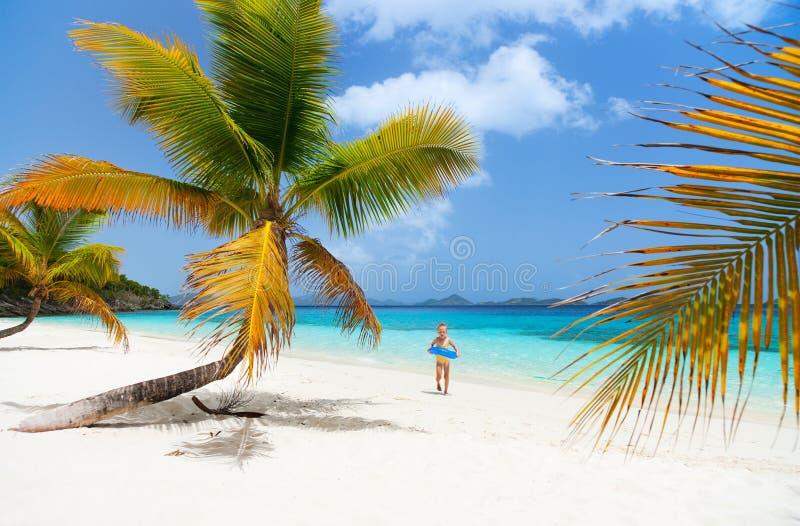 Belle plage tropicale chez les Caraïbe photo stock