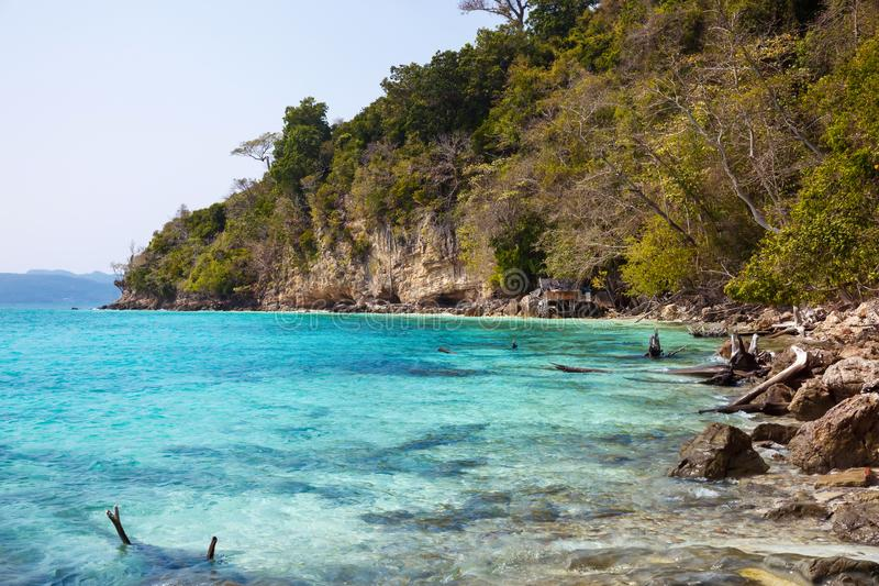 Belle plage tropicale sauvage l'asie photo stock