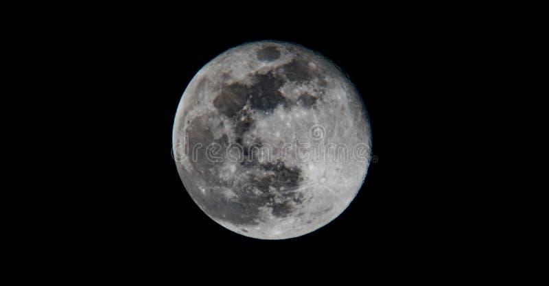 Belle pleine lune foncée contrastée image libre de droits