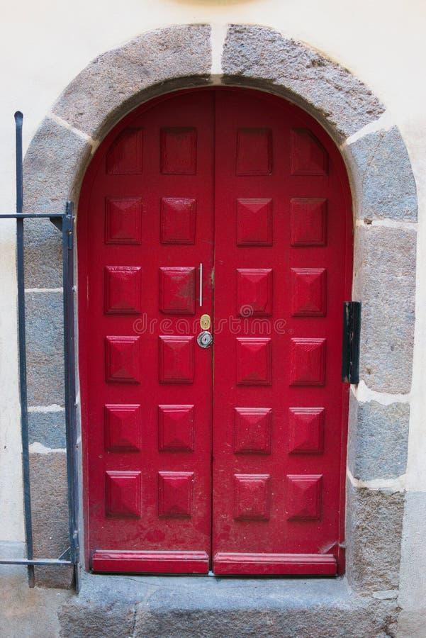 Belle porte rouge avec la porte en acier d'entrée en pierre image libre de droits