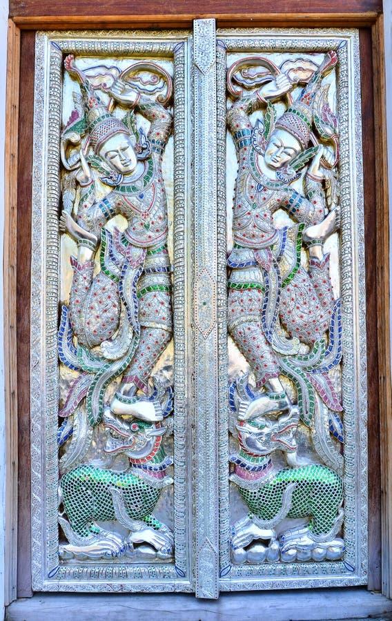 Belle porte thaïlandaise de temple image stock