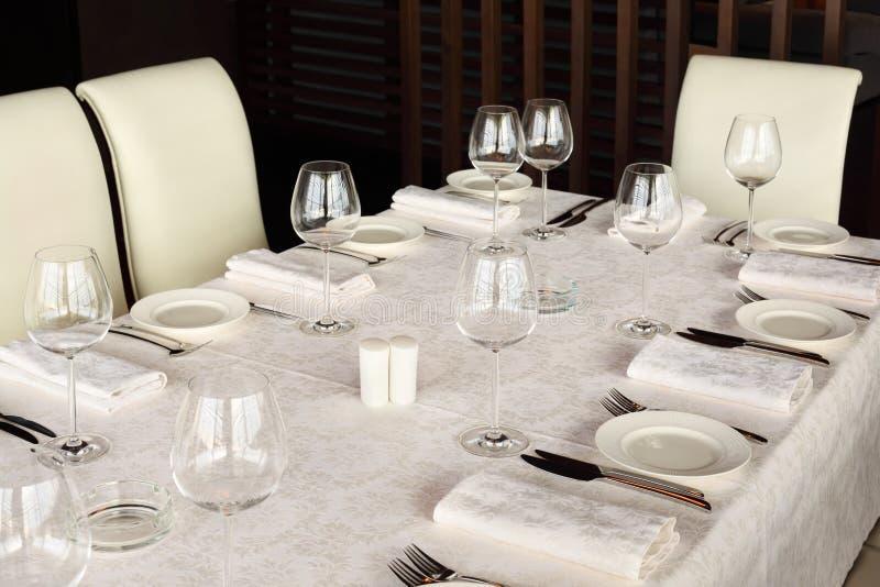 belle portion la table avec la nappe blanche photo stock image du glaces brun 23237886. Black Bedroom Furniture Sets. Home Design Ideas