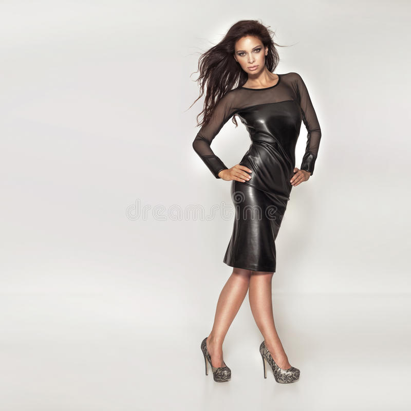 Belle pose à la mode de femme. photographie stock libre de droits