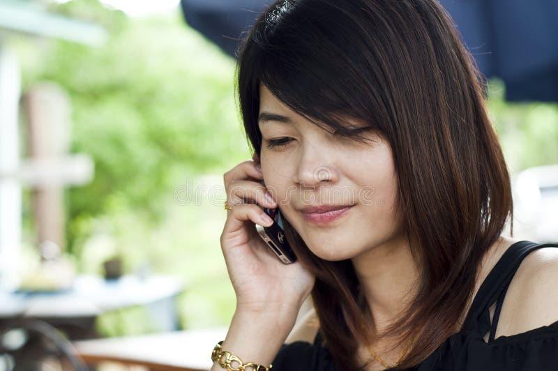Belle pose asiatique de femme. image libre de droits