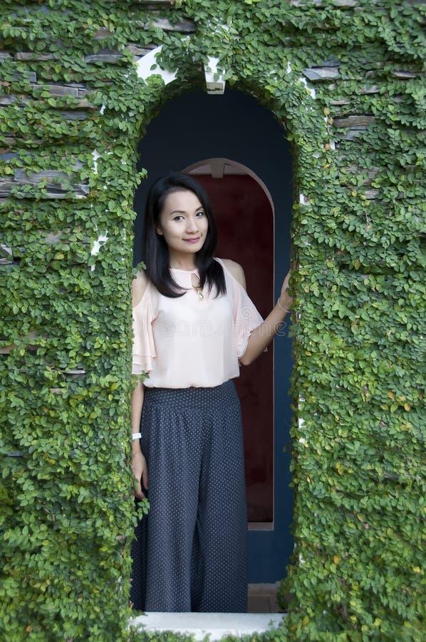 Belle pose asiatique de femme. photographie stock