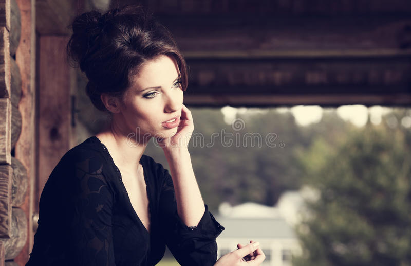 Belle pose de brunette image stock