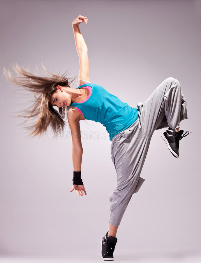 Belle pose de danse d'un jeune femme photographie stock libre de droits