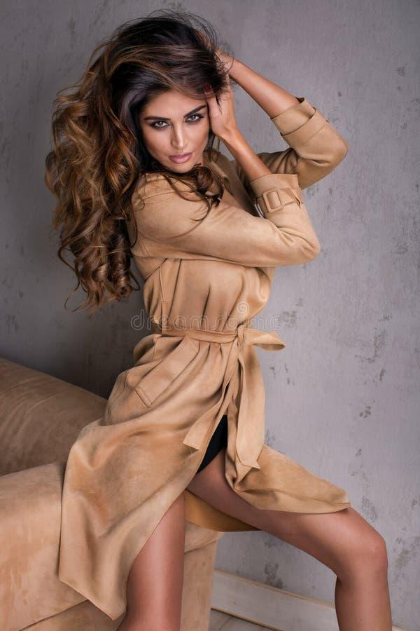 Belle pose de femme de brune à la mode images libres de droits