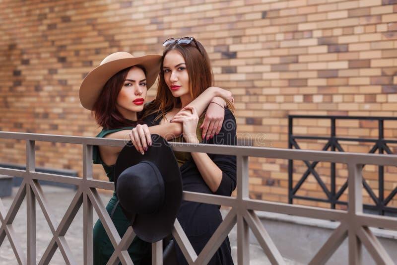 Belle pose de femmes de mode Portrait urbain de mode de vie ? la mode sur le fond de ville Filles portant dans des v?tements et d images stock