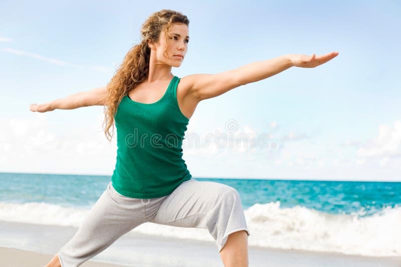 Belle pose faisante femelle de guerrier de yoga photographie stock libre de droits