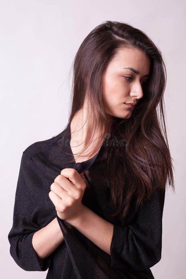 Belle pose femelle attrayante parfaite dans l'essai sur maquette dans le goujon photo libre de droits