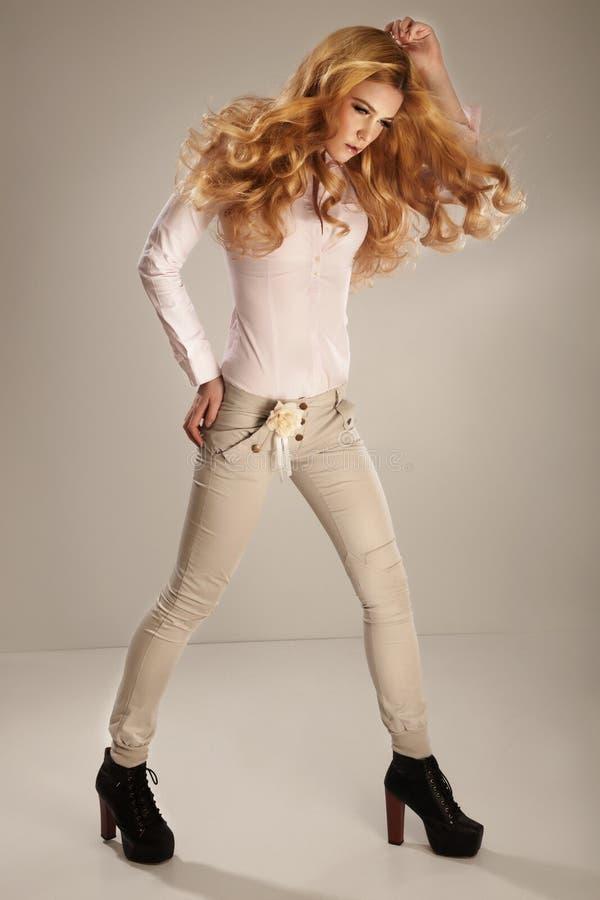 Photo de mode de jeune femme magnifique. Photo de studio image stock
