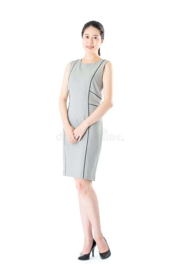 Belle position asiatique sûre réussie de femme d'affaires image stock