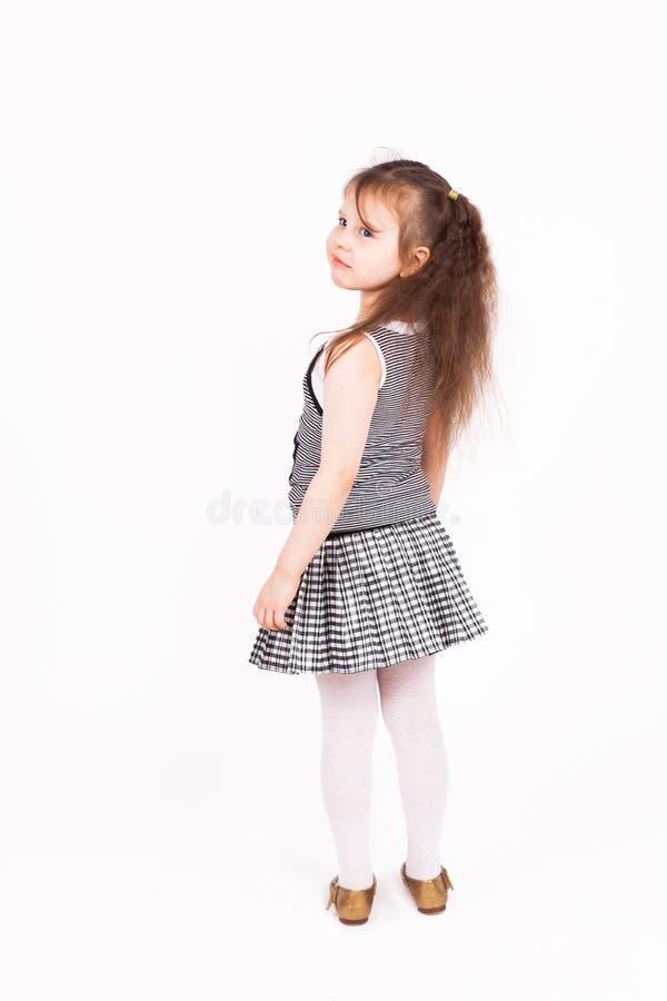 Belle position de fille d'enfant en bas âge photo libre de droits