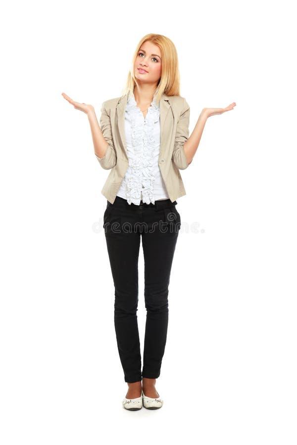 Belle position de jeune femme d'isolement contre photo stock