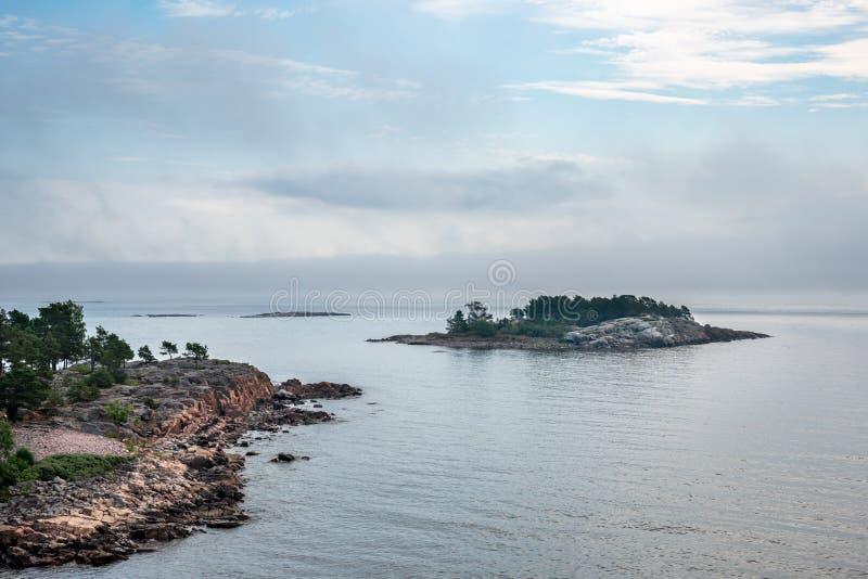 Belle position nordique d'été d'archipel de terre et d'île contre la mer et l'horizon flou photo libre de droits