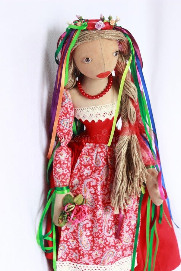 Belle poupée dans la robe rouge photo libre de droits