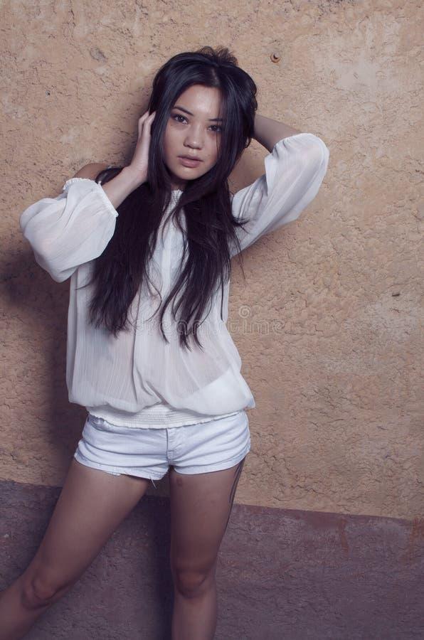 Belle pousse modèle asiatique élégante de mode photographie stock libre de droits