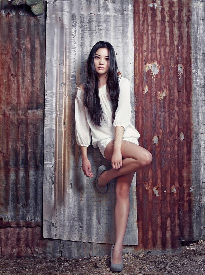 Belle pousse modèle asiatique élégante de mode photos libres de droits