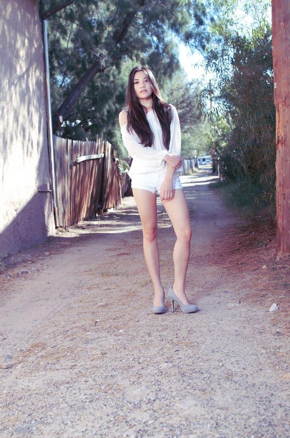 Belle pousse modèle asiatique élégante de mode images libres de droits