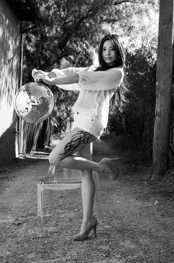Belle pousse modèle asiatique élégante de mode photographie stock