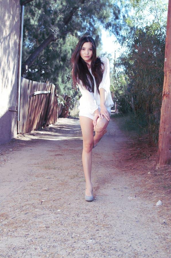 Belle pousse modèle asiatique élégante de mode image libre de droits