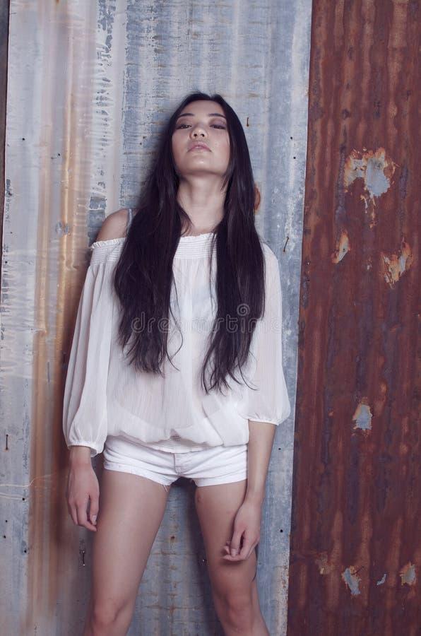 Belle pousse modèle asiatique élégante de mode image stock