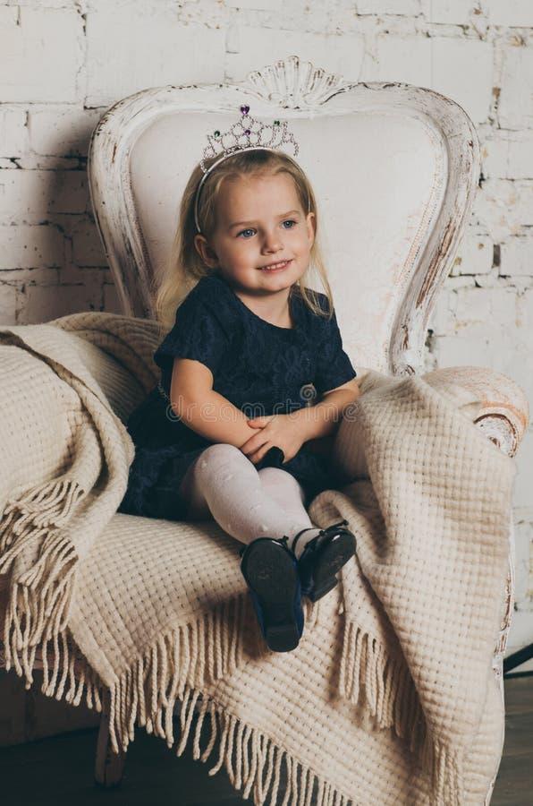Belle princesse de petite fille dans la robe bleue images stock