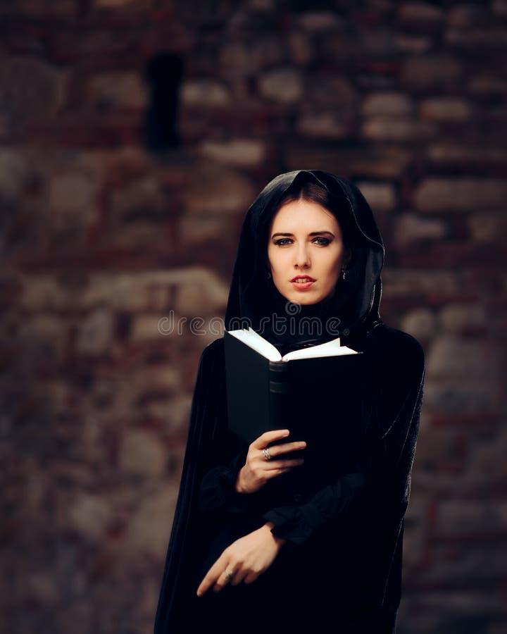 Belle princesse Reading de sorcière un livre de charme photos stock