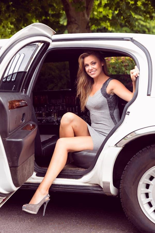 Belle progression blonde hors de la limousine photo stock