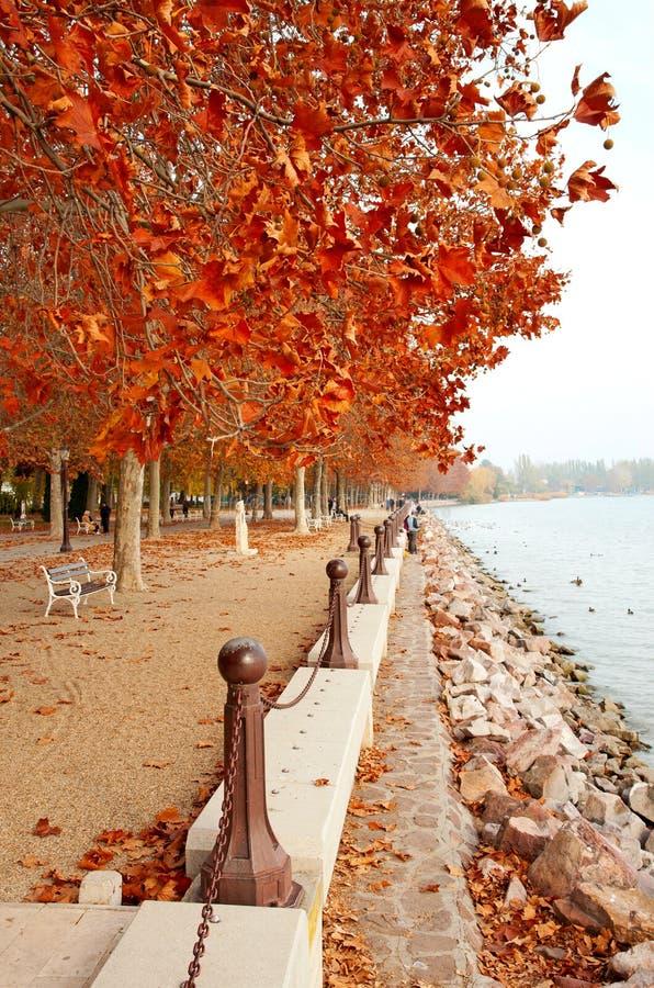 Belle promenade au lac Balaton en automne photographie stock